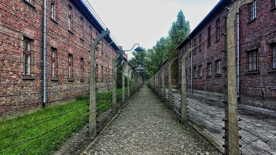 Obóz koncentracyjny, druty kolczaste.