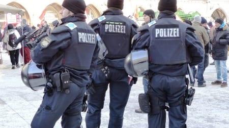 Członkowie islamskich gangów są przyjmowani do policji? Byli karani i mają problemy z językiem