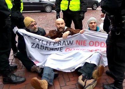 Obywatele RP próbowali zablokować Marsz Niepodległości! Policja doprowadziła ich na komendę!