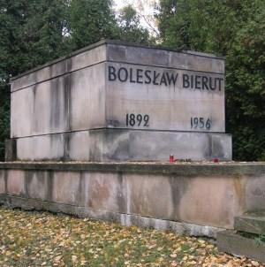 Szansa na wywłaszczenie grobów komunistów z Powązek. Morawiecki przychylny