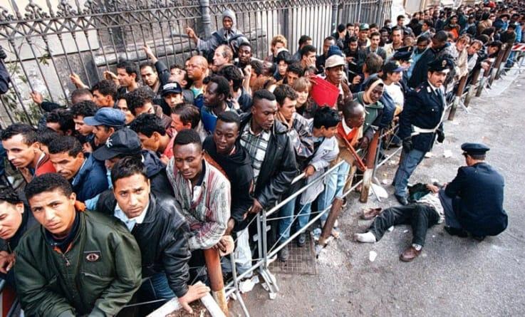 """Nie wyrzucą imigrantów z nielegalnie zajmowanych budynków. Powód? """"Nie zaakceptowali nowego lokum"""""""