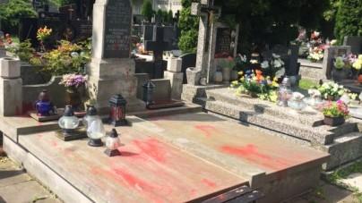 Nieznani sprawcy zdewastowali grób rodziców Krystyny Pawłowicz