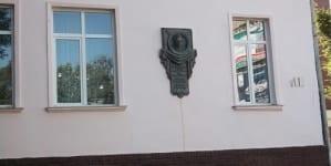 Lwów: popiersie banderowskiego zbrodniarza wisi na polskiej szkole [+FOTO]