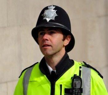 """Brytyjska policja nachodzi ludzi w domach grożąc aresztowaniem za """"mowę nienawiści""""!"""