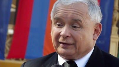 """To zdjęcie podbija internet! Jarosław Kaczyński w """"patriotycznej pelerynie"""" na wakacjach!"""