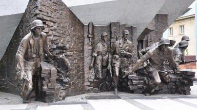 Premier Morawiecki złożył kwiaty przy pomniku Powstańców Warszawskich