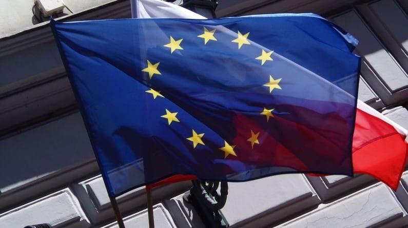 Blogerka alarmuje: kradną nam flagi UE na Żoliborzu! W hitlerowskich Niemczech też się tak zaczynało.