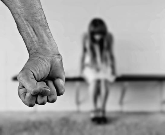 Niemcy: Imigrant zgwałcił w piwnicy poznaną na Facebooku 15-latkę