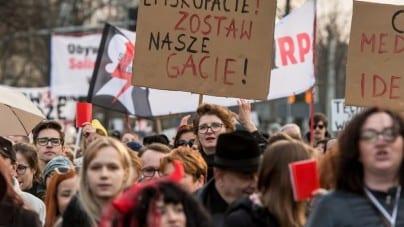 Ulicami Warszawy przeszedł Marsz Legalnej Aborcji. Organizatorzy: decyzja o rozwiązaniu demonstracji była naszą decyzją!