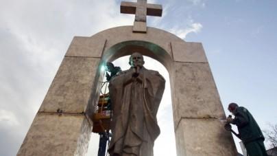 Zniknie krzyż z pomnika Jana Pawła II