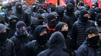 """Niemcy: Antifa zaatakowała posterunek policji. Funkcjonariusze schowali się w środku. """"Jakoś wytrzymali"""""""