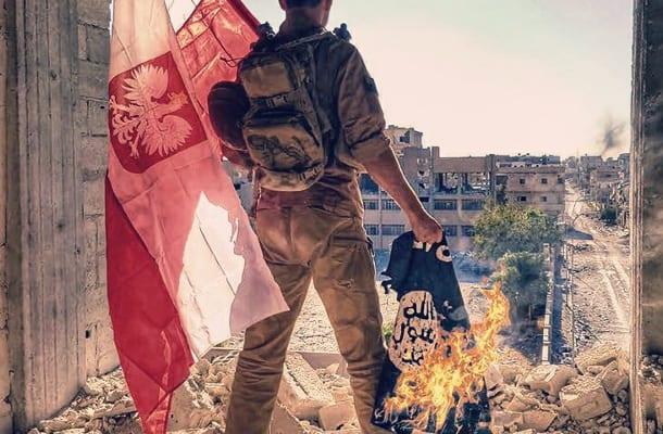 W stolicy ISIS zawisła… polska flaga! Polak walczył przeciw ISIS. Właśnie ogłosił zwycięstwo i… zamieścił wymowne zdjęcie