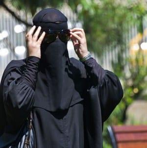 Ostry spór w Holandii. Władze zakazały noszenia burki. Policja nie chce egzekwować prawa