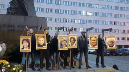 Zdjęcia europosłów PO zawisły na szubienicach. Polityczny happening wzbudził skrajne emocje [WIDEO]