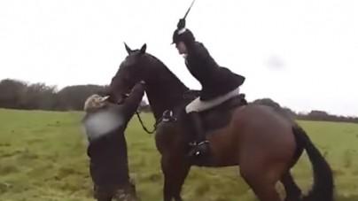"""Brytyjka jadąca konno pokazała jak się postępuje z """"ekoterrorystami"""". To nagranie podbija Wyspy Brytyjskie [WIDEO]"""