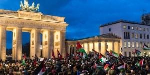 W Berlinie, zaledwie kilkadziesiąt metrów od Pomnika Pomordowanych Żydów ofiar holokaustu, spalono kilkanaście flag Izraela.