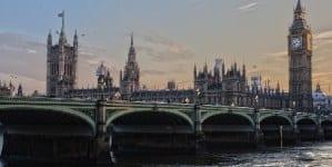 Szczepienie koniecznością dla dalszej egzystencji? Brytyjski rząd rozważa kody QR