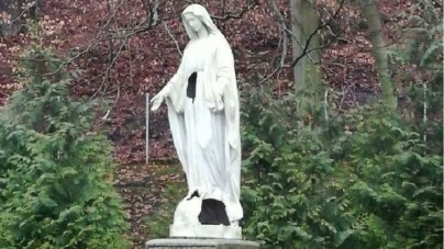 Nieznani sprawcy uszkodzili figurę Matki Bożej w Gdyni