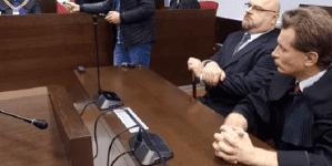 Przyszedł po dziecko do szkoły, zerwał ukraińską flagę. Sąd wymierzył mężczyźnie karę grzywny [WIDEO]