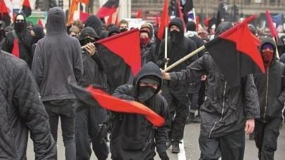 Poznań: Skrajna lewica zdewastowała sklep z patriotyczną odzieżą