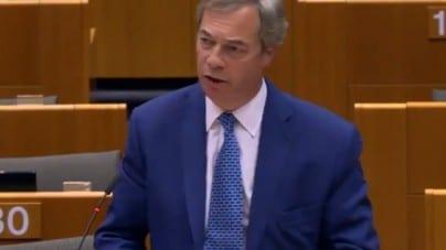 """Farage zaatakowany mlecznym koktajlem za """"żółć i rasizm"""""""