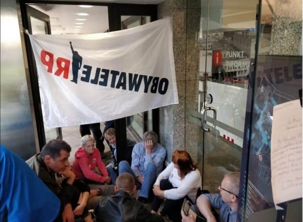 Obywatele RP znów prowokują. Tym razem zablokowali jeden z budynków Sejmu
