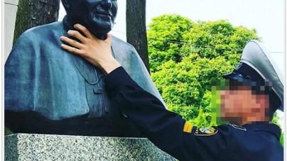 """Skandal w Świnoujściu! Rosjanin """"dusił"""" pomnik papieża. Mieszkańcy oburzeni"""