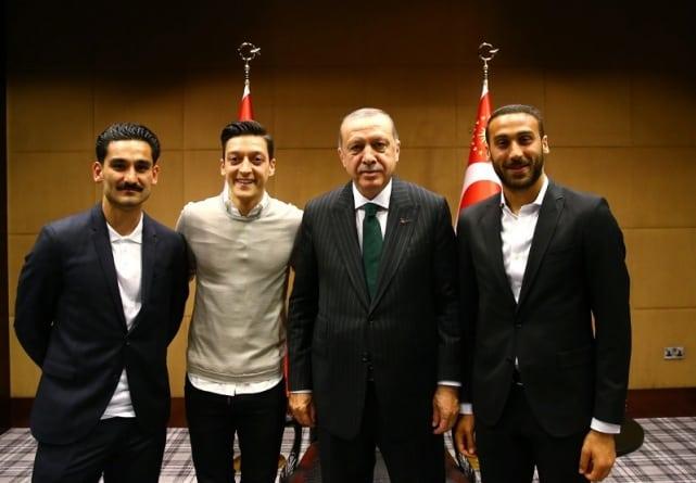 """Reprezentanci Niemiec Gundogan i Ozil poparli Erdogana. Dali mu koszulkę """"dla mojego prezydenta"""" i wybuchł skandal"""