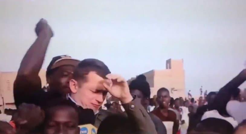 Dziennikarza TVN obstąpiły dzieci. Porządek zaprowadził… mężczyzna z kijem