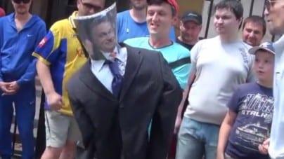 Ukraińcy protestowali pod ambasadą Węgier. Spalili podobiznę Orbana [WIDEO]