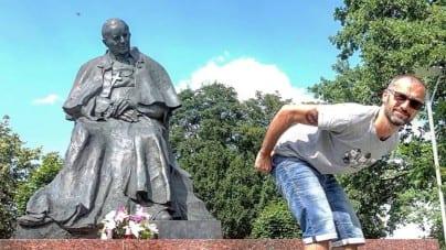Włoski komik chwali się pokazaniem d*py pomnikowi papieża Jana Pawła II