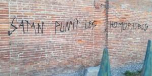 """Anarchiści zniszczyli zabytkową tablicę. Napisali m.in. """"Szatan karze homofobów"""""""