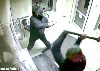 Ukraińcy napadli na kantor. Szybę zniszczyli młotami