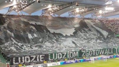 """""""Ludzie ludziom zgotowali ten los"""". Kibice Legii uczcili 74. rocznicę Powstania Warszawskiego"""
