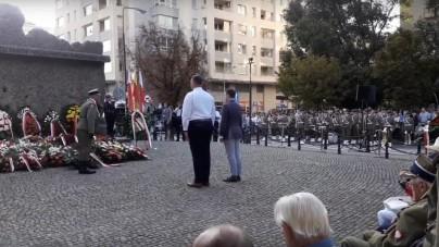 Warszawa: Narodowcy składają wieńce wbrew miastu. Reakcja kombatantów zaskoczyła urzędników