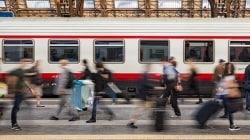 Kobieta z premedytacją popycha starszą panią na tory, kiedy nadjeżdża pociąg