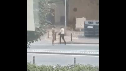 Szokujące nagranie. Nagi, czarnoskóry mężczyzna atakuje kobietę, we Francji, w biały dzień