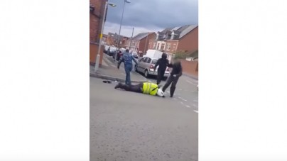 Wlk. Brytania: W biały dzień skatowali i okradli funkcjonariusza. Ujawniono drastyczne nagranie