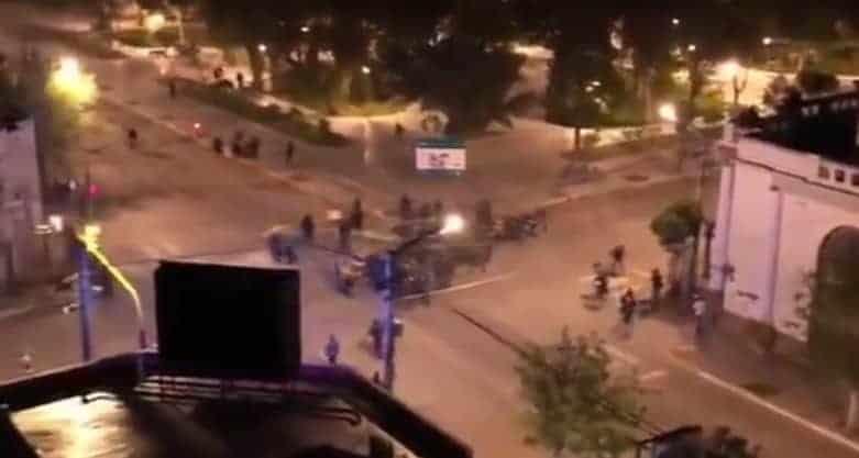 Półnagie, fanatyczne feministki demolują miasto. Rzucają koktajlami Mołotowa w kościół i ratusz [WIDEO]