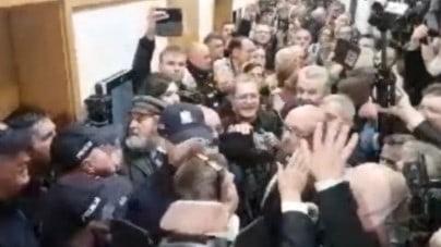 """Rozprawa Gadowski kontra Axel Springer odwołana """"ze względów bezpieczeństwa"""". Zebrani zaśpiewali """"Rotę"""""""