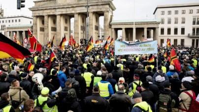 Niemcy protestują przeciwko migracji – demonstranci mają na sobie… żółte kamizelki