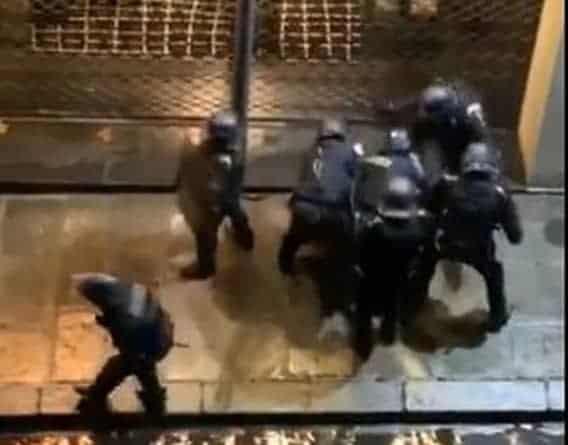 Szokująca brutalność! Francuska policja masakruje manifestanta [VIDEO]