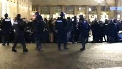 Francja. Tłum imigrantów szturmuje teatr! Wkroczyła policja