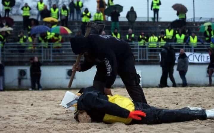 """Francuzi w furii! """"Żółte kamizelki"""" odcięły głowę kukle Macrona"""