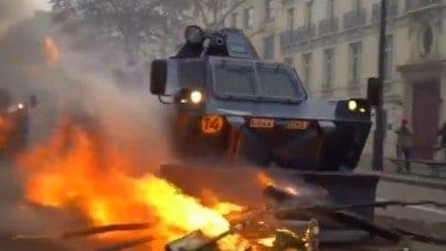 """Imigranci powołali """"Czarne Kamizelki"""". Hordy uchodźców okupowały paryski Panteon"""