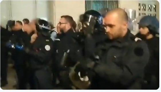 Francja: To koniec Macrona? Jednostki policji dołączają do protestujących [WIDEO]