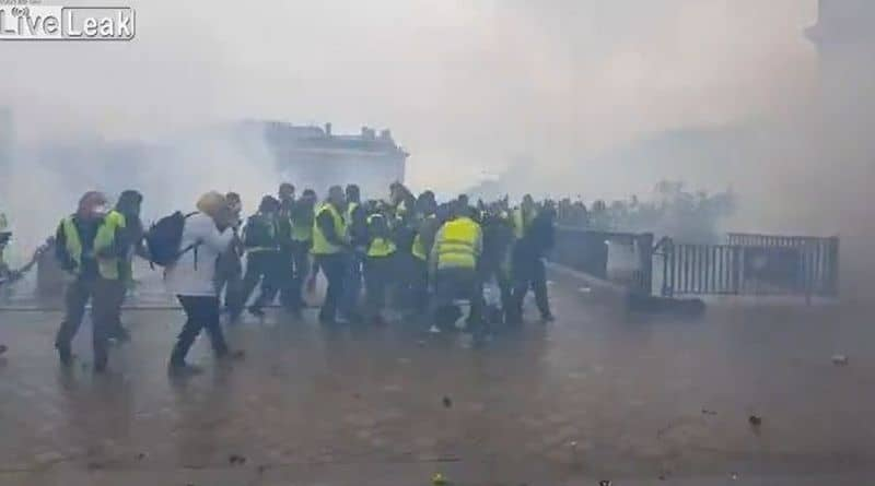 Przemoc na ulicach Paryża. Tłum brutalnie atakuje policjanta opuszczonego przez kolegów [VIDEO]