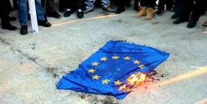 """Spalenie """"flagi"""" UE. Szef Młodzieży Wszechpolskiej domaga się nagrody od policji"""