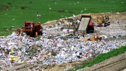 Płoną śmieci na podkieleckim wysypisku