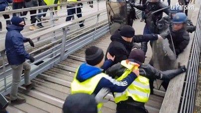 Francja: W sam środek zamieszek wbiegł zawodowy bokser. Policja nie miała szans. To był nokaut!